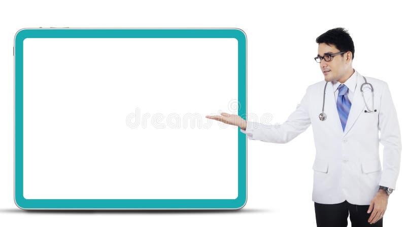 Męski lekarz pokazuje copyspace fotografia stock