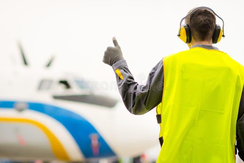 Męski lotniskowy pracownik obrazy stock