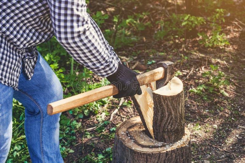 Męski Lumberjack sieka drzewa w czarno biały szkockiej kraty koszula z ax zdjęcia stock