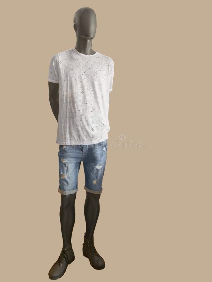 Męski mannequin ubierał w białych skrótach i koszulce obraz stock