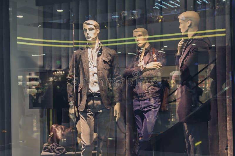 Męski mannequin w sklepowym okno obrazy stock
