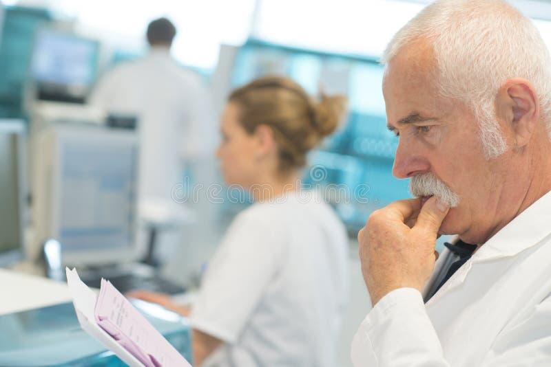 Męski medycyny lekarki czytania dokument na schowku obrazy stock