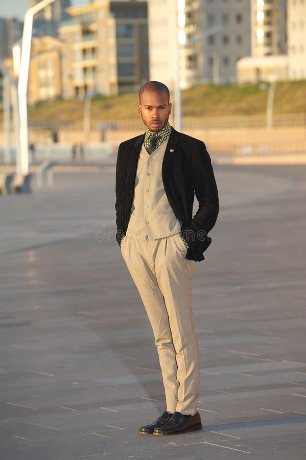 Męski moda model w modnej odzieżowej pozyci outdoors obraz stock