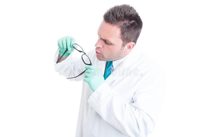 Męski naukowa narządzanie i cleaning szkieł obiektywy fotografia stock