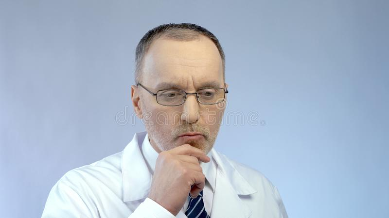 Męski naukowiec myśleć nad projektem, rozwiązuje problem w badania medyczne obrazy stock