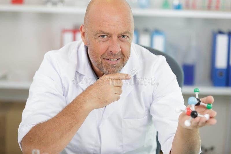 Męski naukowiec pracuje z wzorcowym atomem zdjęcia stock