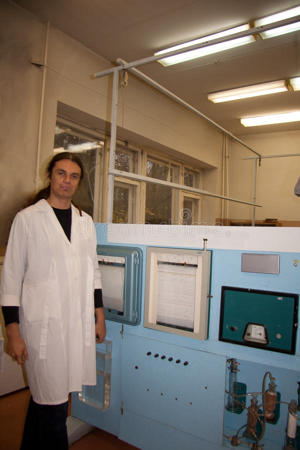 Męski naukowiec w białym kontuszu pracuje w laboratorium rośliny fizjologia obraz royalty free