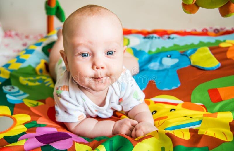 Męski niemowlaka bawić się obrazy stock