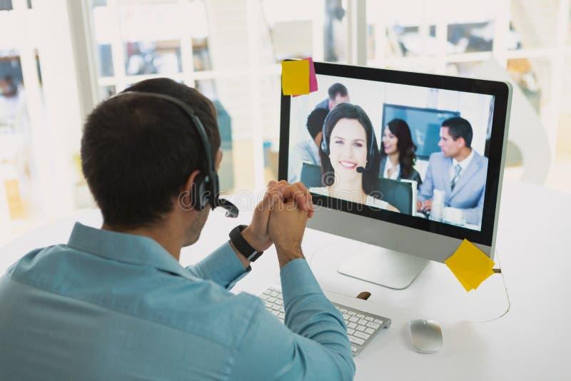 Męski obsługi klientej kierownictwo robi wideo wzywa komputer przy biurkiem obrazy stock