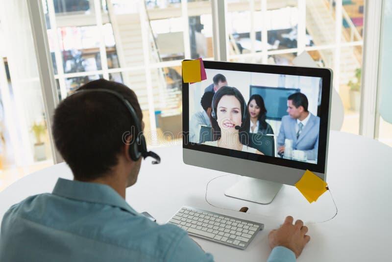 Męski obsługi klientej kierownictwo robi wideo wzywa komputer przy biurkiem zdjęcie stock