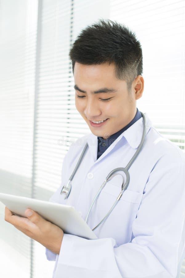 Męski ogólny lekarz praktykujący fotografia stock