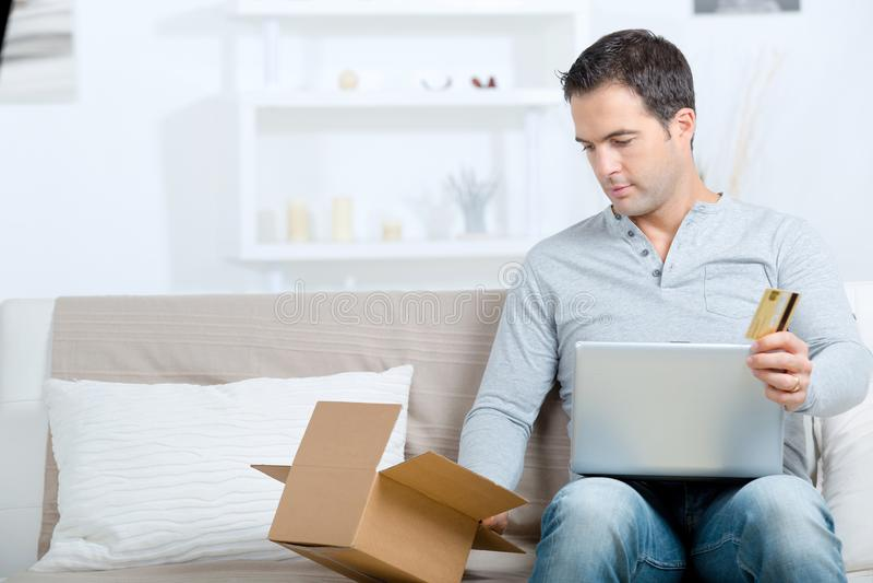 Męski online zakupy z pakuneczek otrzymywającą i kredytową kartą zdjęcia royalty free