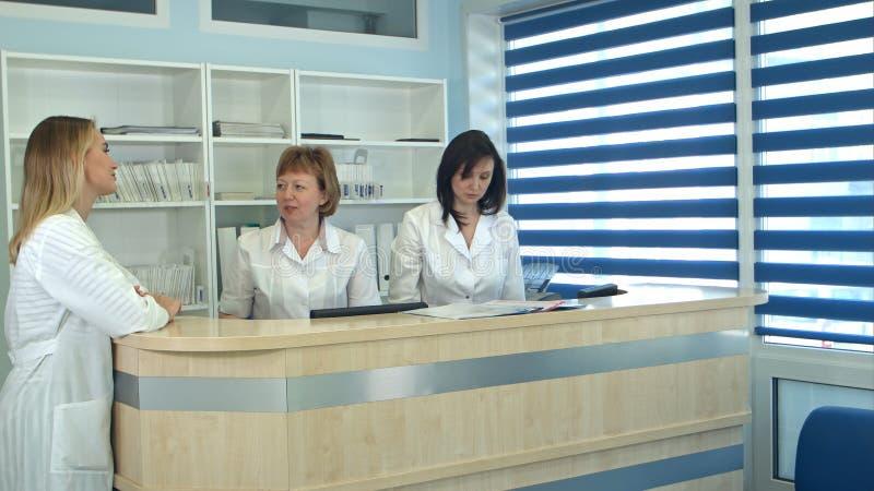 Męski pacjent dostaje doktorską spotkanie kartę od recepcyjnego biurka fotografia royalty free