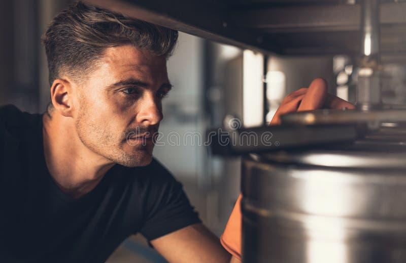 Męski piwowar pracuje przy browarem zdjęcie stock