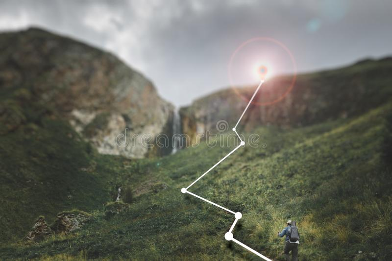 Męski podróżnik wspina się górę, pojęcie zwiększającą rzeczywistość w wycieczkować, podróż i przygodę, zdjęcia royalty free