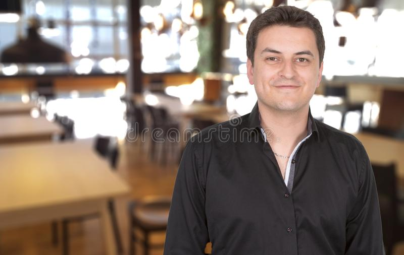 Męski portret uśmiechnięta dumna właściciela mężczyzny pozycja przy jego restauracją zdjęcia royalty free