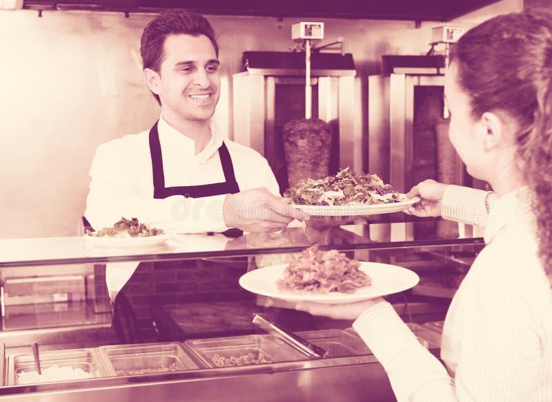 Męski pracownik porci klient zdjęcie royalty free
