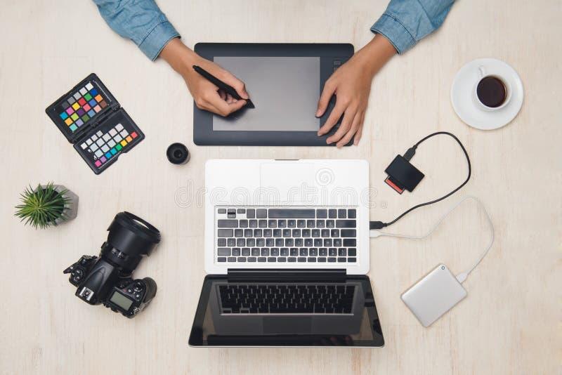 Męski projektant grafik komputerowych pracuje z pastylką przy biurkiem zdjęcie royalty free
