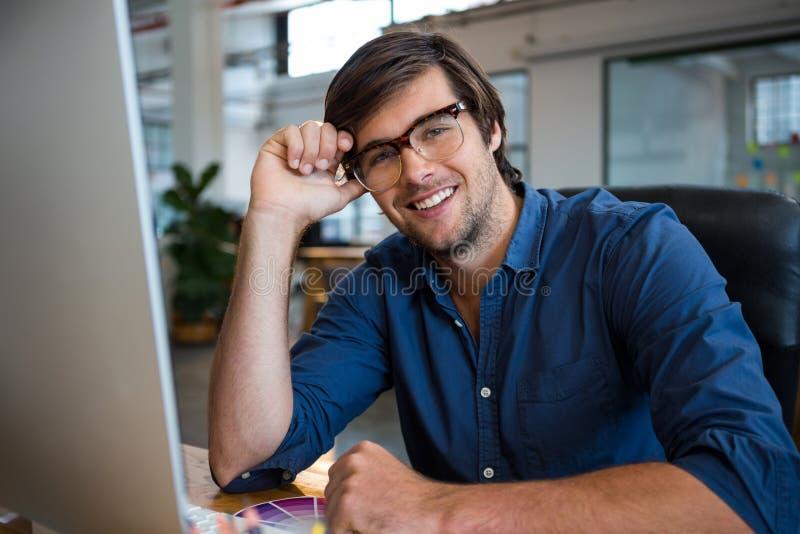 Męski projektant grafik komputerowych przy biurkiem obrazy royalty free