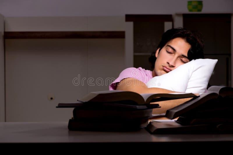 Męski przystojny studencki narządzanie dla egzaminów póżno w domu zdjęcie stock