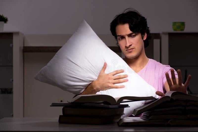 Męski przystojny studencki narządzanie dla egzaminów póżno w domu obraz stock