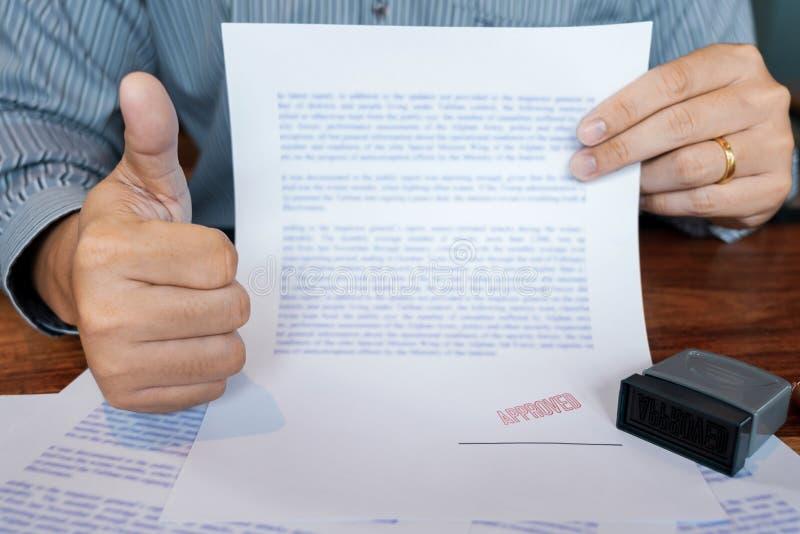 Męski punkt podpisywać biznesowego dokument dla stawiać podpis, fontanny pióro i zatwierdzający stemplujący na dokumencie, świade ilustracja wektor
