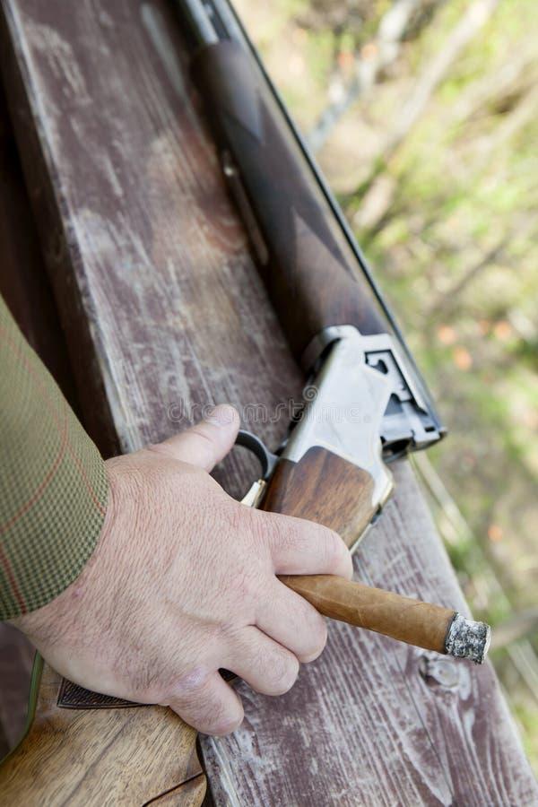 Męski ręki mienia cygaro z pistolecikiem fotografia stock