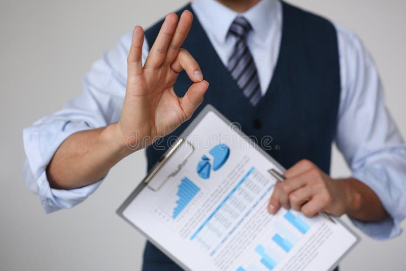 Męski ręki przedstawienia OK lub potwierdza podczas konferenci obraz royalty free