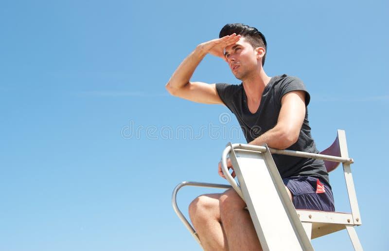 Męski ratownik przyglądający w odległość out obraz stock