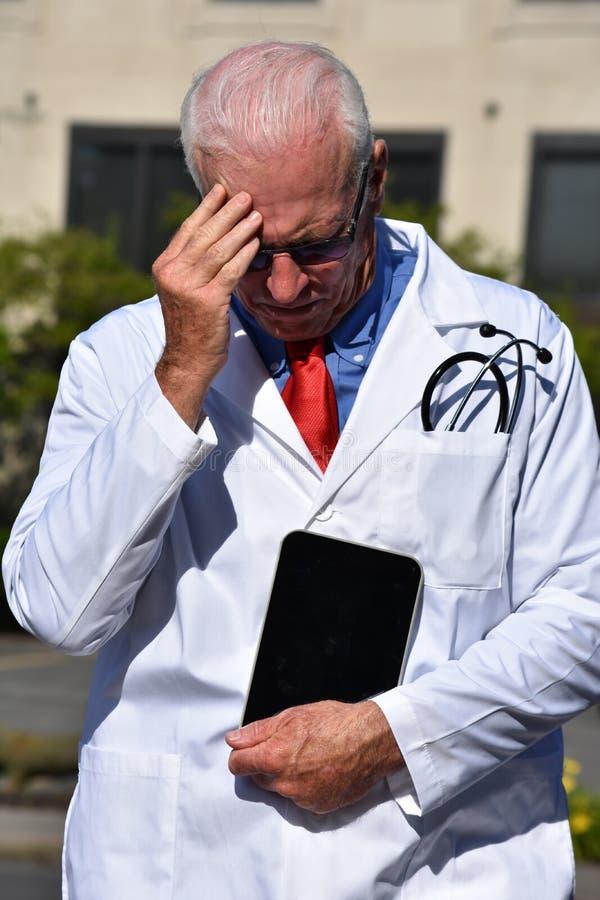 Męski student medycyny I depresja Jest ubranym Lab żakiet Przy szpitalem zdjęcia royalty free