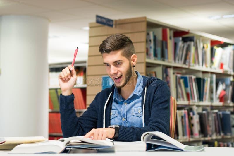 Męski student uniwersytetu w bibliotece fotografia stock