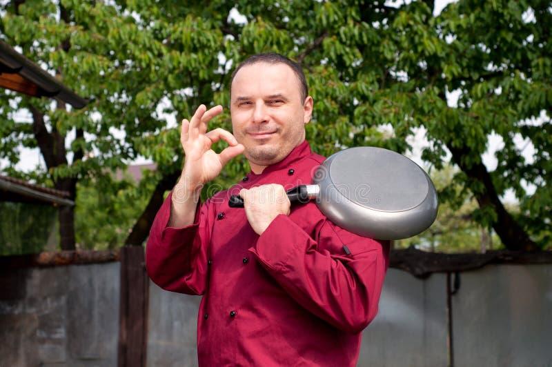Męski szef kuchni pokazuje ok znaka odizolowywającego fotografia royalty free