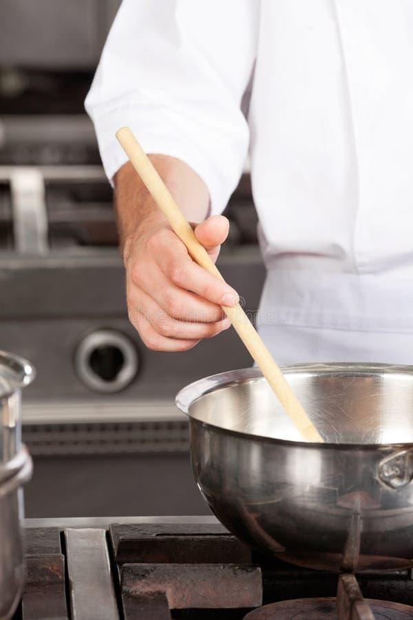 Męski szefa kuchni narządzania jedzenie fotografia royalty free