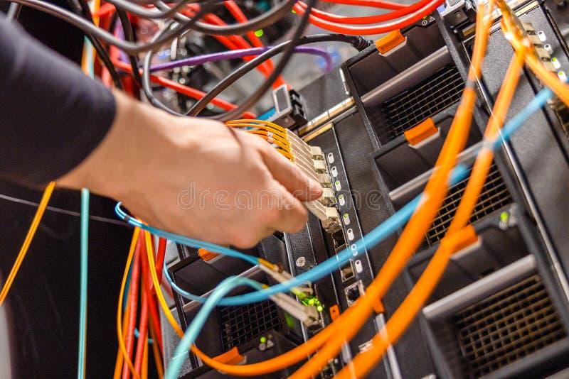Męski technik Czopuje włókno sieci Korytkowego kabel W ostrze serweru zmianie zdjęcie stock