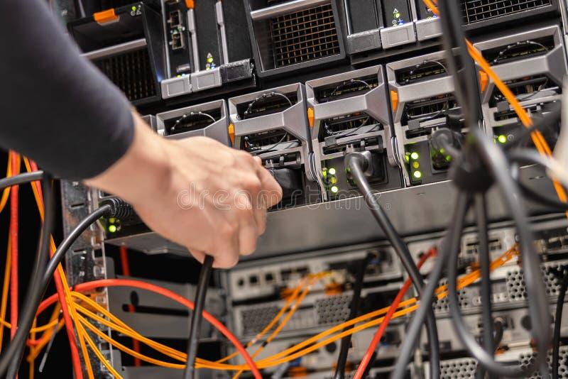 Męski technik Czopuje władza kabel W panelu Przy Datacenter zdjęcia royalty free
