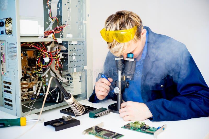 Męski technik naprawia komputer zdjęcie royalty free