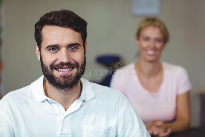 Męski terapeuta ono uśmiecha się w klinice fotografia royalty free