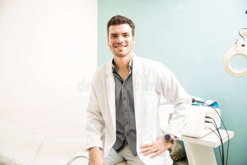 Męski terapeuta przy zdrowie zdrojem fotografia royalty free