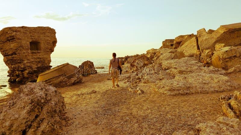 Męski turysta chodzi przez ruin bunkiery na plaży zdjęcie royalty free