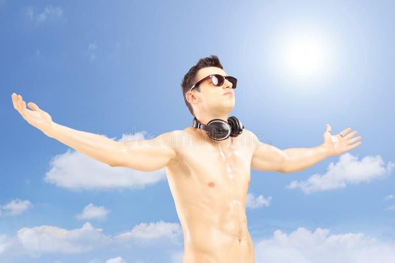 Męski turysta rozprzestrzenia jego gestykulować i ręki z speakerphones
