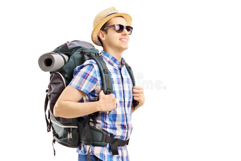Męski turysta z plecaka odprowadzeniem obraz royalty free