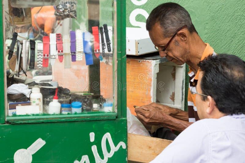Męski uliczny zegarmistrz w Cartagena, Kolumbia fotografia royalty free