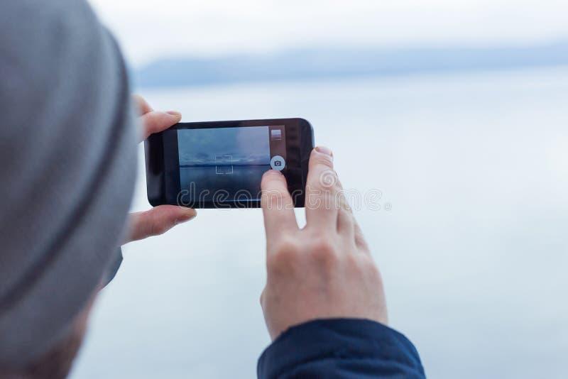 męski wycieczkowicz bierze obrazek z telefonem zdjęcia royalty free