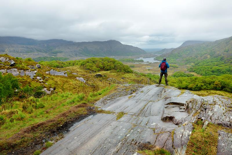 Męski wycieczkowicz podziwia piękno Killarney park narodowy przy damy ` s widoku punktem widzenia, Irlandia obraz stock