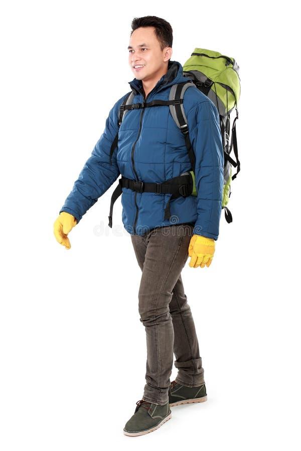 Męski wycieczkowicz z plecaka odprowadzeniem zdjęcia royalty free