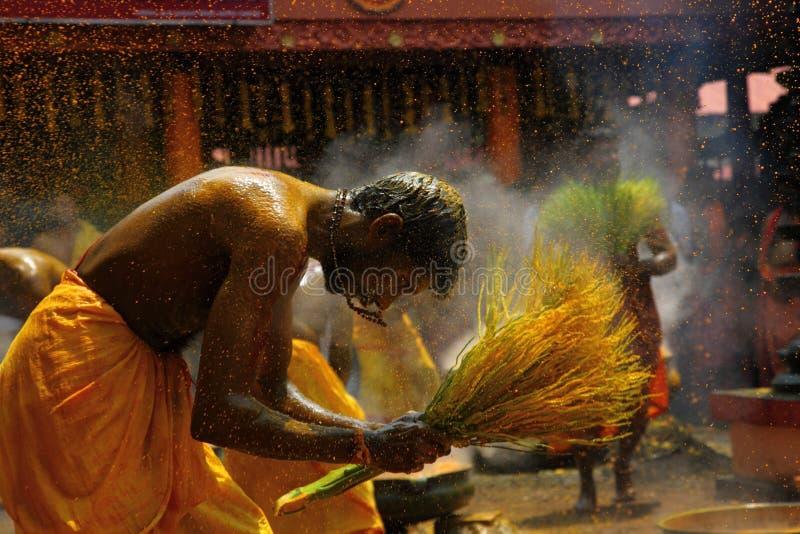 Męskie dewotki wykonują świętego kąpielowego rytuał z gorącą turmeric wodą obrazy royalty free