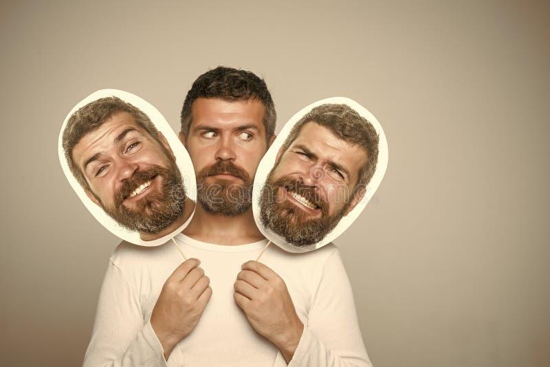 Męskie emocje Modniś z poważnym, szczęśliwym i strasznym twarz chwyta portreta nameplate, fotografia stock