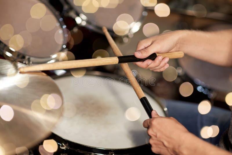 Męskie muzyk ręki z drumsticks przy koncertem obraz stock