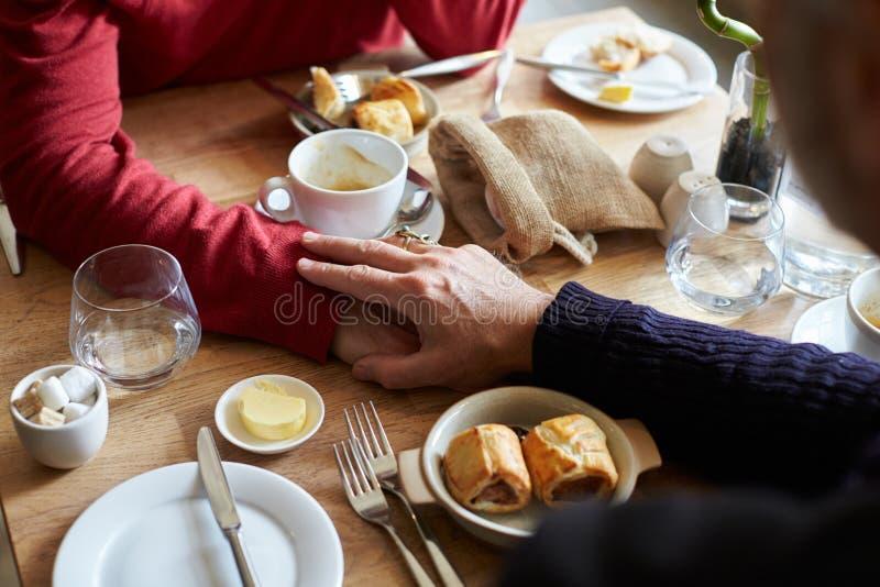 Męskie pary mienia ręki przy restauracja stołem, ręka szczegół zdjęcie royalty free