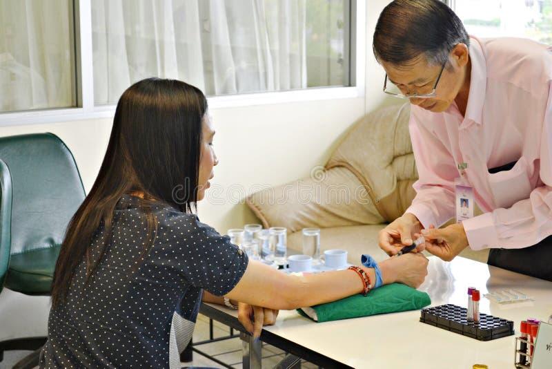 Męskie pielęgniarki Blooding próbki byli cierpliwe, Thailand zdjęcia stock